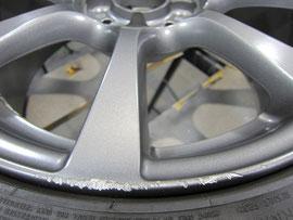 アバルト500(byフィアット500)の純正アルミホイールのガリ傷・すりキズのリペア(修理・修復)前のアップ写真
