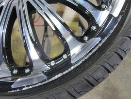 アメ車、ダッジ(マグナム)のブラック&ポリッシュのツートン22インチアルミホイールのガリキズ・擦り傷のリペア(修理・修復)前の傷アップ写真