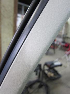 日産(nissan ニッサン)シーマ(レザーシート仕様車)のルームクリーニング、運転席ドア内張り(ドア枠)の汚れ落とし前後比較写真、兵庫県神戸のトータルリペアKei's