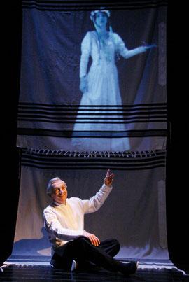 """Szenenbild mit Rafael Goldwaser aus """"Die Metamorphose einer Melodie"""", LuftTheater 2010"""