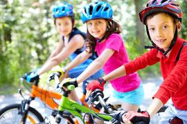 Enfants sur des vélos