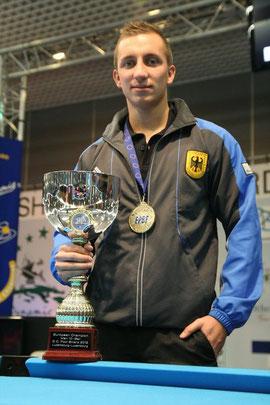 Frischgebackener Europameister im 10-Ball: Dominic Jentsch mit seiner Trophäe.