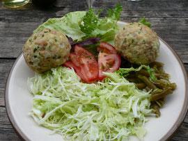 Speckknödel mit Salat