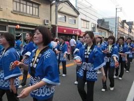 江の川祭りパレードの様子