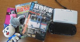 塾生が差し出した、ケータイ・ゲーム・雑誌。塾長が入試が終わるまで預かります。