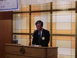表彰経緯と竹内さんのプロフィールを紹介する木田職業奉仕委員長