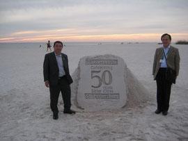 50周年祝賀の雪塔の前で上村会員
