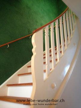 Wunderbarer Treppenaufgang mit Kalktechnik, geöltem Holz & abgesetzte Stufen #spachteltechnik #kalk #wandgestaltung #vintage #handarbeit #farrowandball #treppe #wunderbar #lebewunderbar #zurich