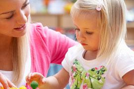 Symbolbild: Lehrerin und Mädchen