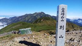 快晴の別山山頂から見る白山。