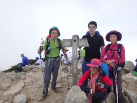 唐松岳、 頂上でみなさんと。