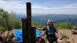 大岳山頂上(バックに富士山)。