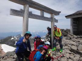山頂での集合写真、槍穂高をバックに。