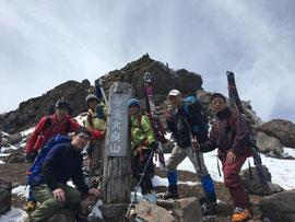 安達太良山頂上で、スキー組と登山組が合流。