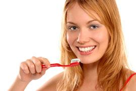 Wichtig: Vor und nach dem Home-Bleaching die Zähne gründlich reinigen!