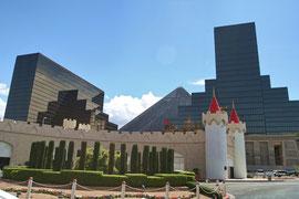 Im Hintergrund die Luxor-Pyramide