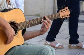 Barré-Akkorde sind auf der Gitarre besonders schwer zu greifen. Aber auch der Wechsel der anderen Griffe fällt Anfängern oft besonders schwer.
