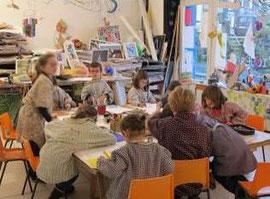Atelier d'arts plastiques avec Kathy Diascorn dans l'atelier de l'association Arénicole, © Arenicole.