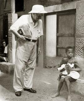 FOTO= Albert Schweizer bei 2 Kinder  im Hospital