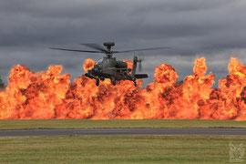 Apache Boeing AH-64 vor der Feuerwand