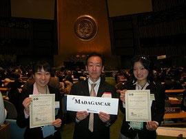ニューヨークの国連本部での世界大会で。右が網谷さん。左はパートナーの亀田さん。