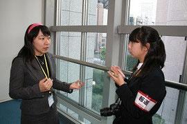 左が亀田さん、右は取材する沼津東高校の佐藤さん
