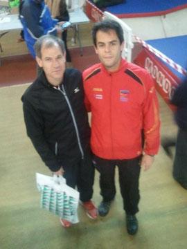 Carlos Nicot, con Abel Antón en la feria del corredor.