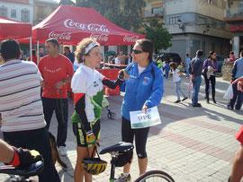 Carmen con una atleta de Montilla