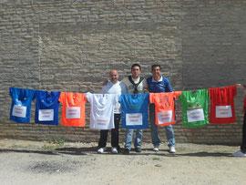 Paco, Antonio y Daniel, posando con las camisetas de las 8 medias maratones de las capitales andaluzas.