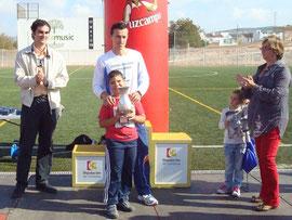 Juan Carlos vencedor del I trofeo Antonio Cañadas entrega el trofeo a  Moisés, hijo de Antonio..
