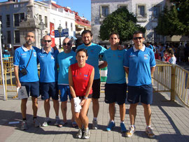 Atletas Club Maratón Lucena momentos antes de iniciarse la prueba, en la Plaza de Santa Marina de la localidad cordobesa de Fernán Núñez.