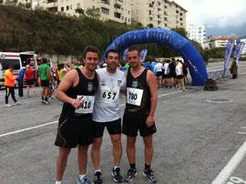 Dani en el cento de la imagen, junto a dos amigos de Málaga