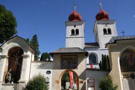 Kirchhofportal und Westbau der Kirche St. Salvator und Allerheiligen