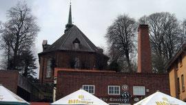 Blick auf die Kirche St. Nicolai vom Hafen aus, Kappeln