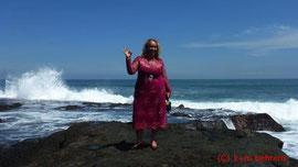Christine Sbick (bei Pura Tanah Lot (Meerestempel)