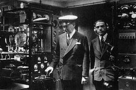 Guglielmo Marconi con l'ufficiale marconista della nave Elettra Adelmo Landini.