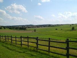 Blick von den Berghöfen im Sommer auf das Schmuttertal und Scherstetten in südlicher Richtung