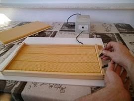Durch kurzes Erhitzen des Drahts mit einem Trafo schmilzt die Mittelwand und ist somit im Rähmchen fixiert