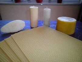Verschiedene Wachsprodukte (von hinten links): Naturwabe, Wachskerze gegossen, Wachskerze gedreht, Wachsblock, im Vordergrund: Mittelwände