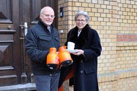 Wolfgang Herbort, Inhaber der Rats-Apotheke übergab Barbara Krug, der Vorstandsvorsitzenden der Bürgerstiftung Gerricus, symbolisch einige Thermoskannen, die für das geplante Jugend- und Caritascafé benötigt werden.