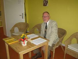 Vorlesestunde in einer Senioren-Wohnanlage