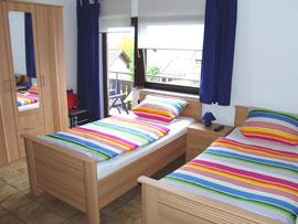 großes Schlafzimmer mit drei Einzelbetten