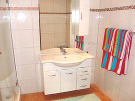 Badezimmer mit Dusche und Waschplatz