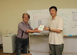 赤目の里山を育てる会の伊井野代表(左)と、中越パルプ工業の西村営業企画部長(右)