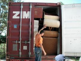 Container mit Hilfsgütern in 2008