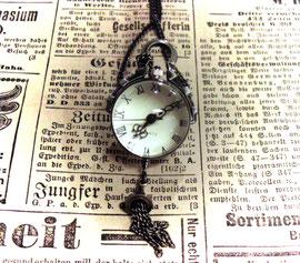 Kugelige Silber Glas Uhr an einer Kette