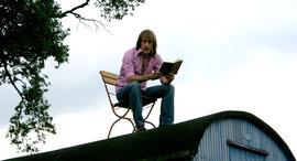 Thommi liest gerne: auf dem Dach eines Bauwagens oder in Schulen oder Zuhause.