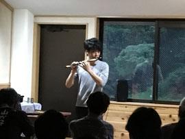 笛を吹く山崎さん
