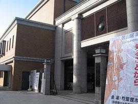 「京都洛北大学」の正門