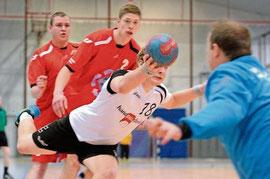 Timofej Kondraschenko hechtet nach dem Ball